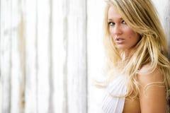 Blonde Mädchenfrau gekleidet als Bauernhof-Land oder Cowgirl lizenzfreie stockfotos