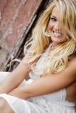 Blonde Mädchenfrau gekleidet als Bauernhof-Land oder Cowgirl stockfotos