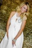Blonde Mädchenfrau gekleidet als Bauernhof-Land oder Cowgirl stockfoto