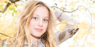 Blonde Mädchenjugendliche der Schönheit mit blauen Augen Stockbild