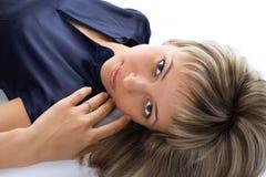Blonde Mädchenlüge des Portraits recht Lizenzfreies Stockfoto