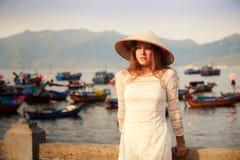 blonde Mädchennahaufnahme auf Vietnamesisch lehnt sich auf Sperre Lizenzfreies Stockbild