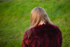 Blonde Mädchenrückseite mit Pelzmantel Lizenzfreie Stockfotos