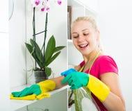 Blonde Mädchenreinigungsoberflächen zu Hause Lizenzfreies Stockfoto