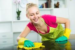 Blonde Mädchenreinigungsoberflächen zu Hause Lizenzfreies Stockbild