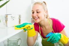 Blonde Mädchenreinigungsoberflächen zu Hause Lizenzfreie Stockfotos