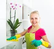 Blonde Mädchenreinigungsoberflächen zu Hause Stockfoto