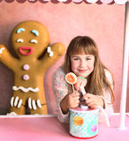 Blonde Mädchensüßigkeit im Süßigkeitendesignshop Stockfotos