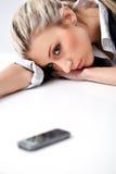 Blonde müde Frau mit Telefon Lizenzfreies Stockfoto