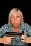 Blonde maduro con el teléfono celular y una arma de mano (4) imágenes de archivo libres de regalías