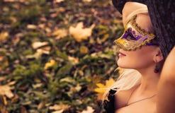Blonde magnífico con la máscara del carnaval Imágenes de archivo libres de regalías