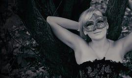 Blonde magnífico con la máscara del carnaval Foto blanco y negro de Pekín, China Imagenes de archivo