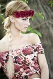 Blonde magnífico en corona roja de la flor Imagenes de archivo