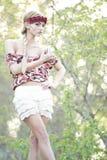Blonde magnífico en corona roja de la flor Imagen de archivo libre de regalías