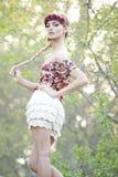 Blonde magnífico en corona roja de la flor Fotografía de archivo libre de regalías