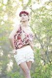 Blonde magnífico en corona roja de la flor Imágenes de archivo libres de regalías