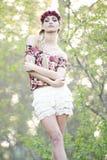 Blonde magnífico en corona roja de la flor Fotos de archivo libres de regalías