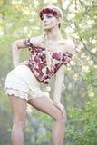 Blonde magnifique dans la couronne rouge de fleur image stock