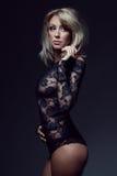 Blonde magnifique dans la lingerie de lacet Photo libre de droits