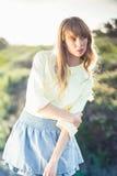 Blonde magnifique réservée sur la pose de bord de la route Image stock