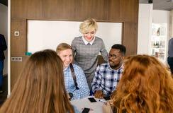 Blonde manager die nieuwe arbeiders introduceren aan het team stock foto