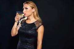 Blonde maniervrouw het drinken vermout kop Stock Foto's