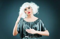 Blonde Marionette im Studio Lizenzfreie Stockfotos