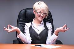 Blonde meditierende Geschäftsfrau Stockbilder