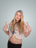 Blonde meisje dat van de heup het vredesteken toont Stock Afbeelding