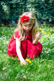 Blonde meisje het plukken bloemen stock afbeelding