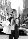 Blonde meisje shopaholic het spreken NY van de telefoon vijfde weg royalty-vrije stock afbeeldingen
