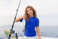 Blonde meisje visserijblauwvintonijn het met een sleeplijn vissen overzees Royalty-vrije Stock Fotografie