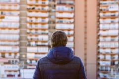 Blonde mens die zich op dakterras bevinden, terug naar de camera lookin Royalty-vrije Stock Afbeeldingen