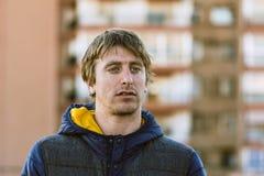 Blonde mens van blauwe eyed, op dak, cityscape achter hem Portra Stock Foto's