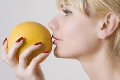 Blonde met grapefruit stock foto