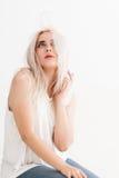 Blonde met vliegend gekleurd haar Stock Foto