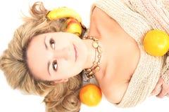 Blonde mignonne avec des fruits Image libre de droits