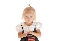 Blonde mignonne avec des yeux bleus dans le costume simple de pirate Photo libre de droits