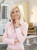Blonde Mittelerwachsenfrau im eleganten Wohnzimmer Stockfotografie