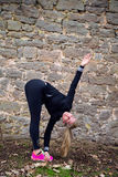 Blonde mittlere Greisin, die Sport im Park tut Lizenzfreie Stockbilder