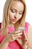 Blonde mobiel gebruiken Royalty-vrije Stock Foto