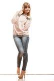Blonde Modefrau in den Hemddenimhosen Stockfoto