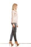 Blonde Modefrau in den Hemddenimhosen Stockfotografie