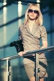 Blonde Modefrau in der Sonnenbrille auf Stadtstraße Lizenzfreie Stockbilder