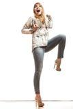 Blonde Modefrau, die Erfolg feiert Stockfoto