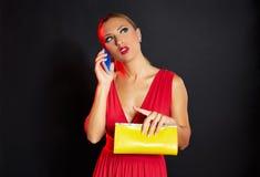 Blonde Modefrau im roten Unterhaltungssmartphone Lizenzfreie Stockbilder