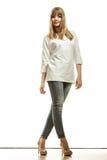 Blonde Modefrau im weißen Hemddenim keucht Stockfotografie