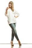 Blonde Modefrau im weißen Hemddenim keucht Stockfotos