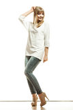 Blonde Modefrau im weißen Hemddenim keucht Stockfoto