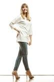 Blonde Modefrau im weißen Hemddenim keucht Lizenzfreie Stockbilder